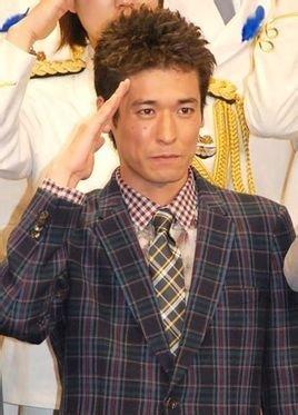 敬礼ポーズのかっこいい佐藤隆太