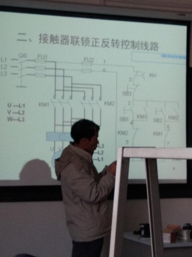 求接触器联锁正反控制电路,怎么连 求清楚点的?