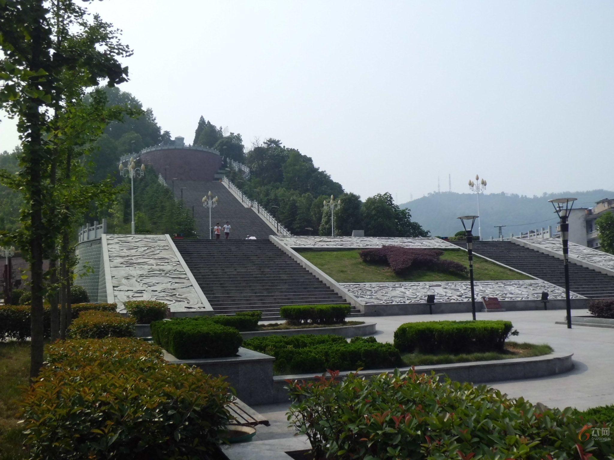 金寨县红军广场建设面积1.9万平方米.